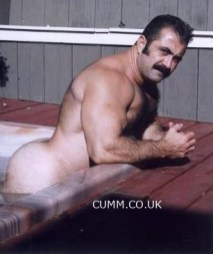 flexing and wanking muscle-bear-daddy-nude