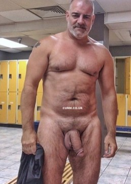 over-50-muscle-dad-nude-gym