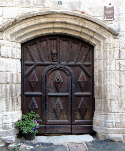 The door with two knockers, for the horseman and the pedestrian