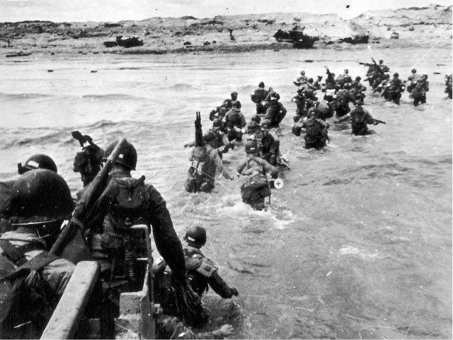 American soldiers landing on Utah Beach (https://commons.wikimedia.org/wiki/File:Utah_Beach_Landing.jpg)