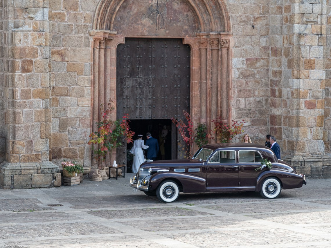 The bride arrives at the Cathedral