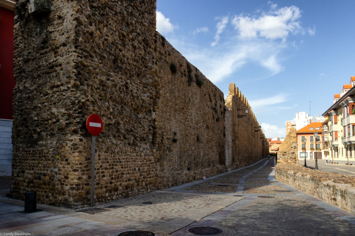 The walls of Leon - Looking back along the Calle de los Cercas from the Puerto Moneda