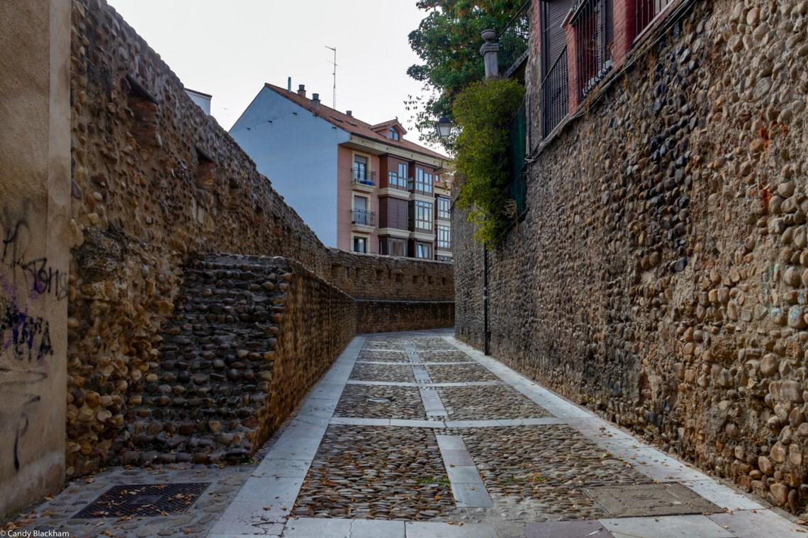The walls of Leon - The continuation of Calle las Cercas after the Puerto Moneda