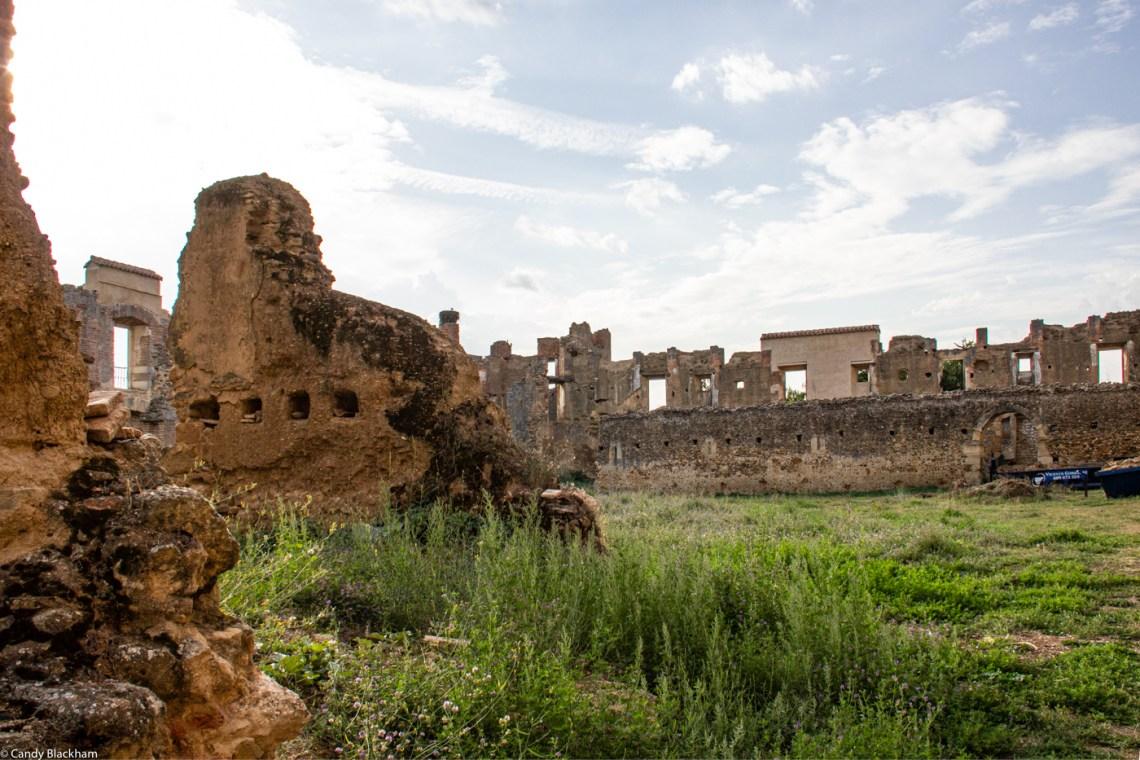 The ruined second cloister at Santa Maria de Sandoval