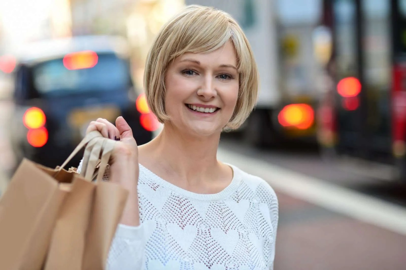 13470802_trendy-woman-holding-shopping-bags