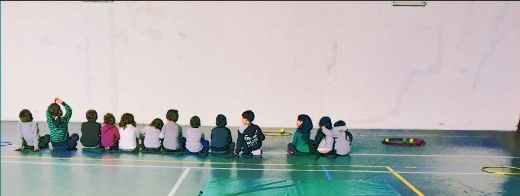 Bambini allineati per allenamento di Kung Fu