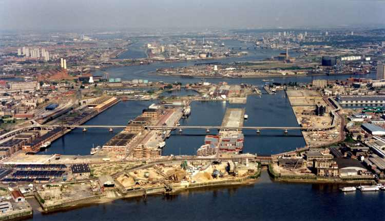Rare aerial view of Docklands and West India Dock before Canary Wharf development in East London, June 1986. A.P.S. (UK) / Alamy Stock Photo