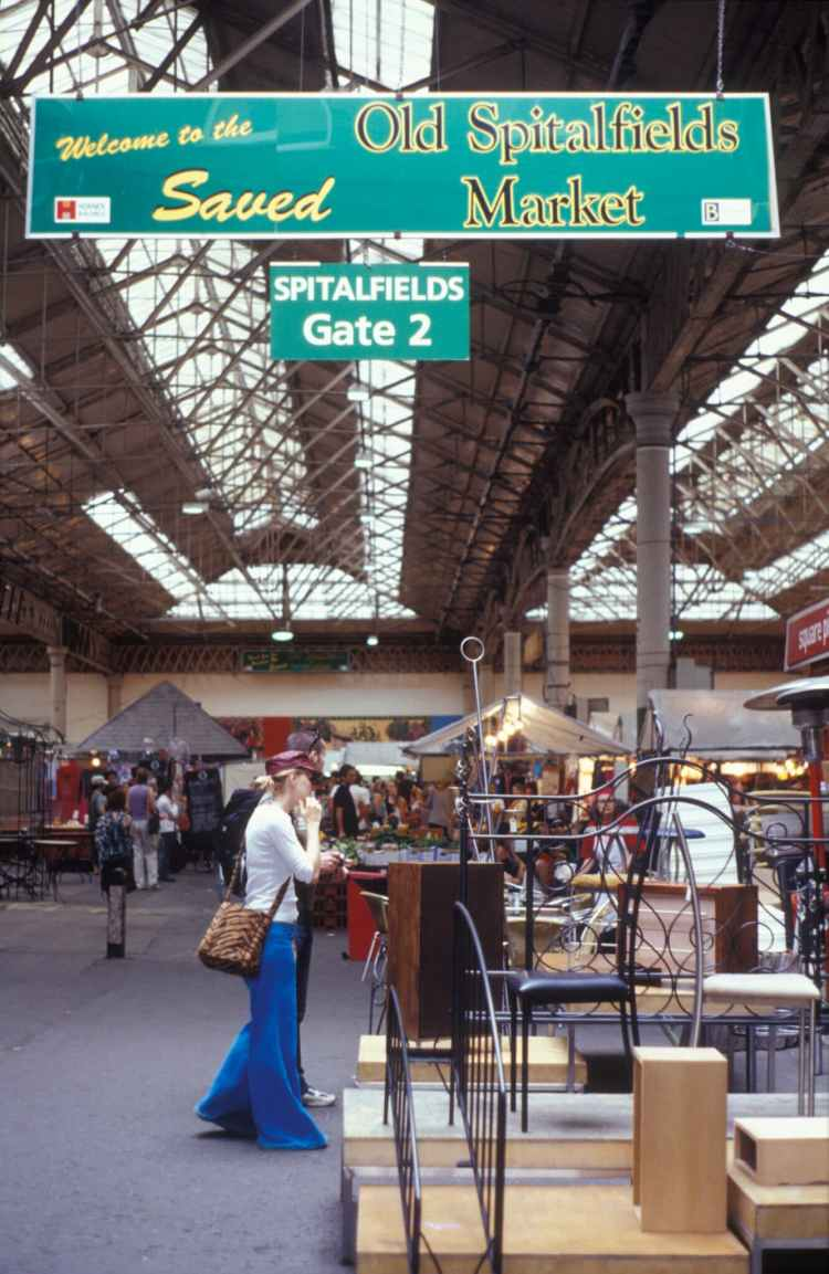 London, 2003: 'Welcome to the savedOldSpitalfields market'. Photofusion Picture Library / Alamy Stock Photo