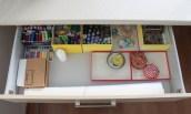 górna szuflada - nici, igły, papier do robienia wykrojów