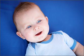 Lächelndes Baby mit blauen Augen
