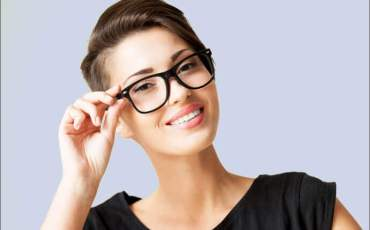 Frau mit Kurzhaarfrisur trägt Brille