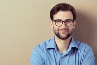 Mann mit Brille und blauem Hemd