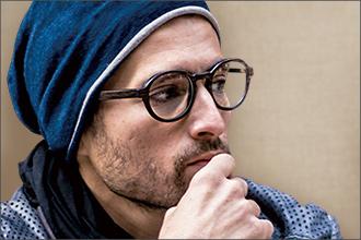 Mann mit Holzbrille