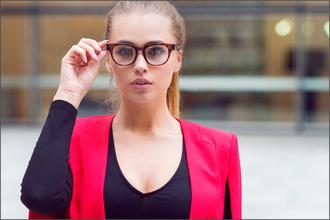 Frau mit Nerdbrille und rotem Blazer