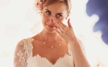 Braut wischt sich die Tränen aus dem Auge