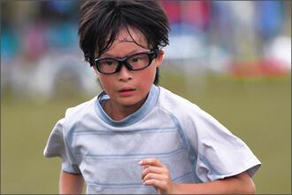 Junge mit Sportbrille