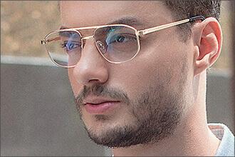 Mann trägt goldene Pilotenbrille Atipas C8