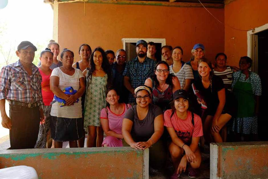 Grupo estudantes, professora Hellen, Gabriela da ONG Aprender