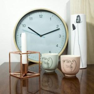 świecznik miedziany, zegar niebieski, kubeczki z myszką, biały wazon