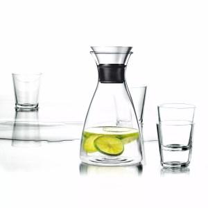 karafka i cztery szklanki