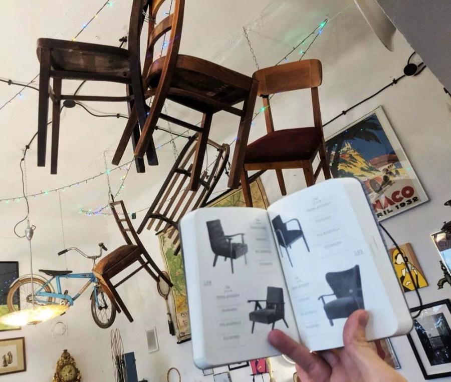 notes kolekcjonera - krzesłą na suficie w Look Inisde