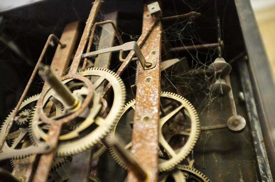 stary mechanizm zegarowy