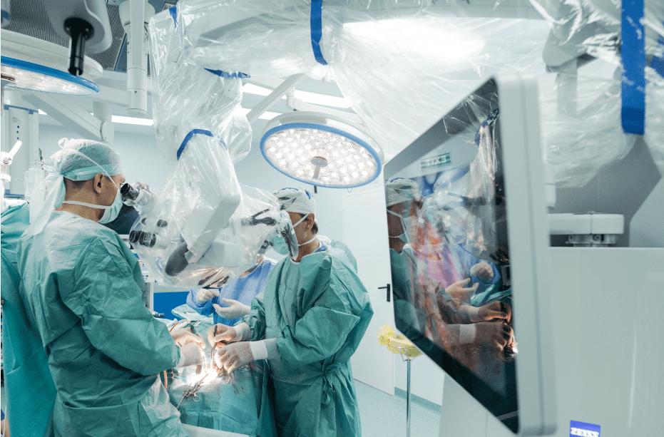 Un pacient diagnosticat cu o formă severă de tumoră cerebrală a fost operat minim - invaziv cu ajutorul unui microscop operator de ultimă generație - Sanador 2