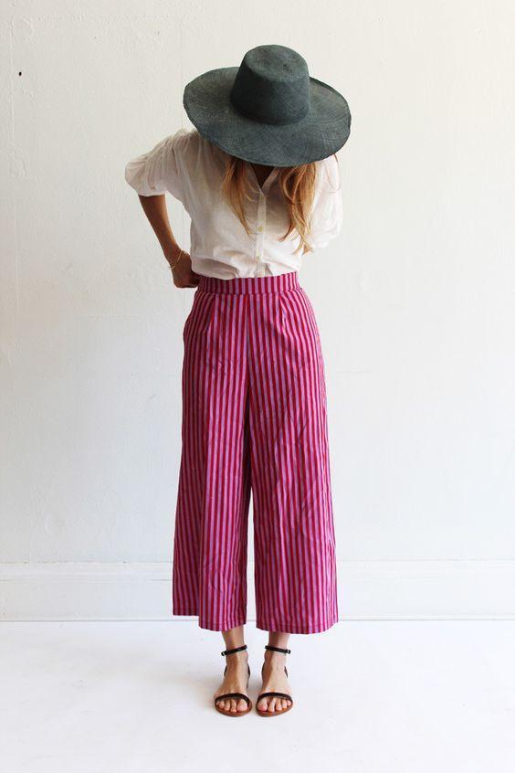 длинные штаны кюлоты с белой блузой и обувью на плоском ходу
