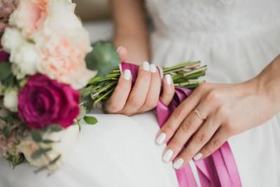 bride-holding-bouquet-ribbon