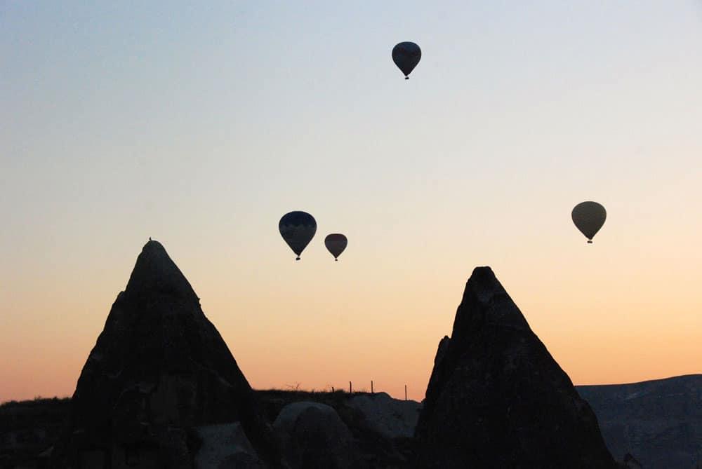 Ballonfahrt in der Morgendämmerung in Kappadokien Türkei