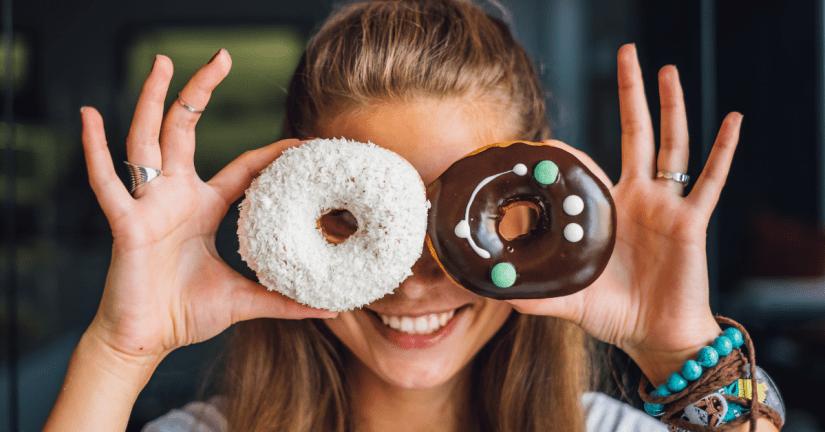 Een donut is een voorbeeld van een industrieel vervaardigd product waar (vaak) kleine hoeveelheden transvetten in verwerkt zijn om de textuur harder te maken.