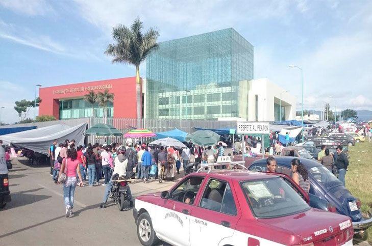 Sección 22 bloquea entradas al Congreso de Oaxaca - El magisterio exige se respete el acuerdo firmado con el gobierno oaxaqueño