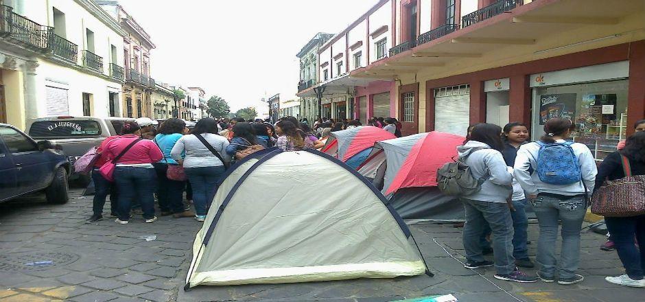 Instalan normalistas plantón en la ciudad de Oaxaca para exigir plazas automáticas - Foto de Quadratin