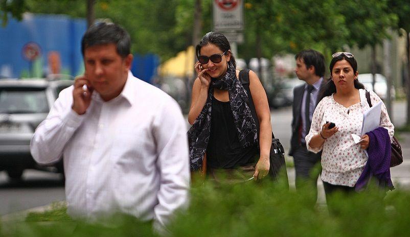 Adictos al celular destinan 639 minutos al día a consultar servicios - 18 Diciembre 2012 Gente Hablando por Celular en Sector Rosario Norte. Gente Hablando por Celular