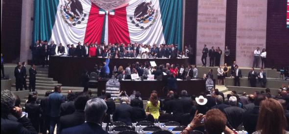 Diputados del PRD tomaron la tribuna. - Foto de Sara Pablo Nava