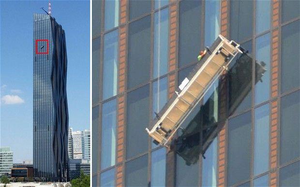 Limpiadores de ventanas quedan colgando de un rascacielos en Austria
