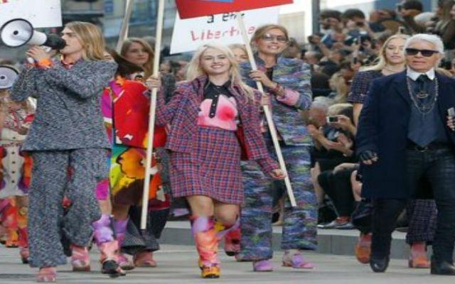 Chanel presenta colección en marcha feminista - Foto de AP