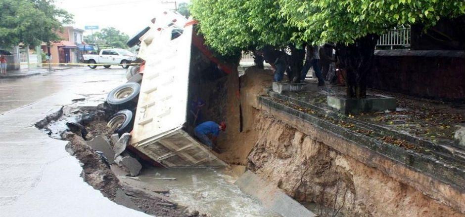 Se abre socavón y cae un camión - Foto de El Norte