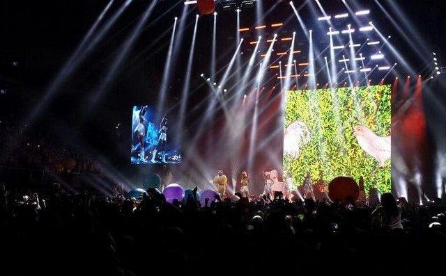 Golpean trasero de Miley Cyrus con la bandera de México - internet