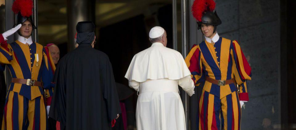 El insólito saludo del papa Francisco - Foto de AP