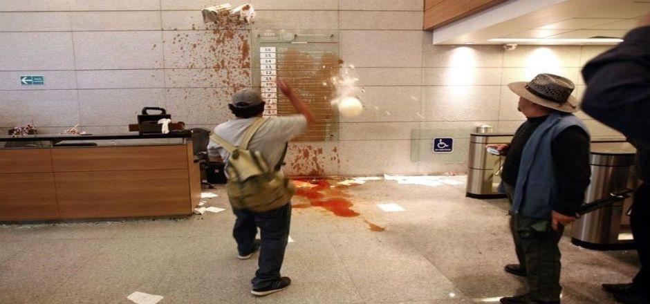Integrantes del SME realizan actos vandálicos en la STPS - Foto de Reforma