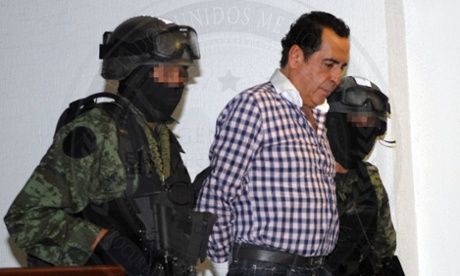 """Juez concede amparo a """"El H"""" para que no sea extraditado a EE.UU. - epa04428296 A handout picture provided by General Prosecutor's Office of Mexico (PGR) on 02 October 2014 shows Hector Beltran Leyva (C), member of the Mexican drug trafficking cartel of Brothers Beltran Leyva, being escorted by authorities in Mexico City, Mexico. Hector Beltran Leyva was arrested on 01 October 2014 in a joint operation between Federal Police and the Army, after eleven months of investigations.  EPA/PGR HANDOUT   EDITORIAL USE ONLY"""