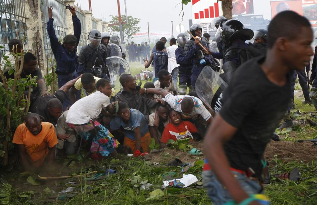 Policía de la República del Congo asesinó y desapareció a decenas de jóvenes - Supporters of opposition presidential candidate Etienne Tshisekedi are caught between tear gas fired by Congolese riot police and armed Presidential guardsmen at Kinshasa Airport in Kinshasa, Democratic Republic of Congo, Saturday, Nov. 26, 2011. Two people were killed in pre-vote clashes Saturday in Congo's capital  before the critical Presidential poll Monday Nov. 28 that observers say could re-ignite conflict in the vast central African nation. (AP Photo/Jerome Delay)  Associated Press / Reporters