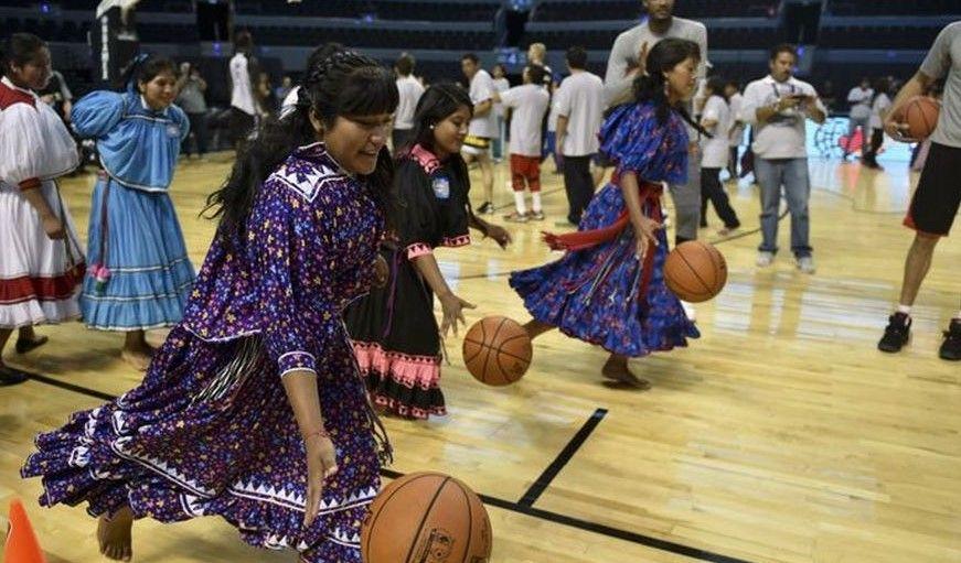 Conviven Tarahumaras con equipo de la NBA - Foto de AFP
