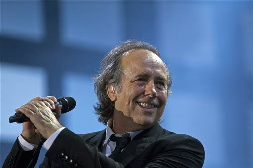 """Serrat será nombrado """"Persona del Año"""" por el Grammy Latino - FILE - In this March 17, 2012 file photo, Joan Manuel Serrat smiles while performing in Buenos Aires, Argentina. Joan Manuel Serrat will be honored as Person of the Year on Wednesday, Nov. 19, 2014, at the Latin Grammys in Las Vegas, Nev. (AP Photo/Natacha Pisarenko, File)"""