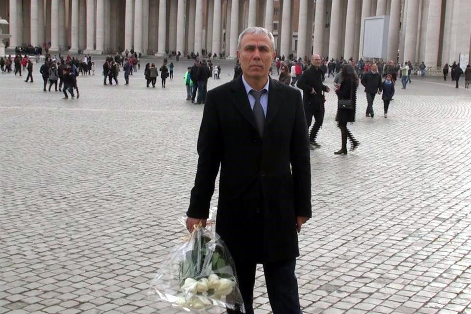 Lleva flores a Juan Pablo II hombre que intentó asesinarlo - Foto de AFP