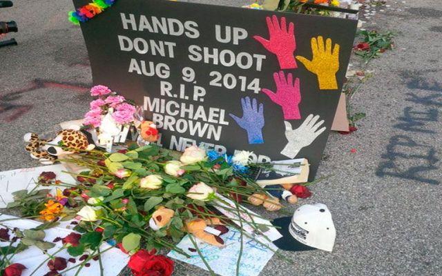 Policía suspendido por insultar memorial de Michael Brown - Foto de 971talk