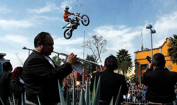 Realizan espectáculo de Motocross en Plaza Garibaldi - Foto de Quadratín
