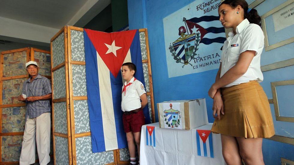 Gobierno cubano convoca a elecciones parciales - HAB07. LA HABANA (CUBA), 21/10/2012.- Un hombre se dispone a ejercer su derecho al voto en un colegio electoral, en La Habana (Cuba) hoy, domingo 21 de octubre de 2012. Cuba, donde el único partido legal es el comunista (PCC), abrió hoy sus colegios electorales para elegir a sus representantes de las asambleas municipales del poder popular. Más de ocho millones de cubanos están llamados este domingo a las urnas para elegir a más de 14.500 delegados locales (concejales) de las 168 asambleas municipales del país, en unos comicios que la isla celebra cada dos años y medio. EFE/Alejandro Ernesto