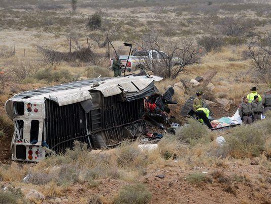 Mueren al menos 10 reos al caer un autobús sobre tren - camion tren